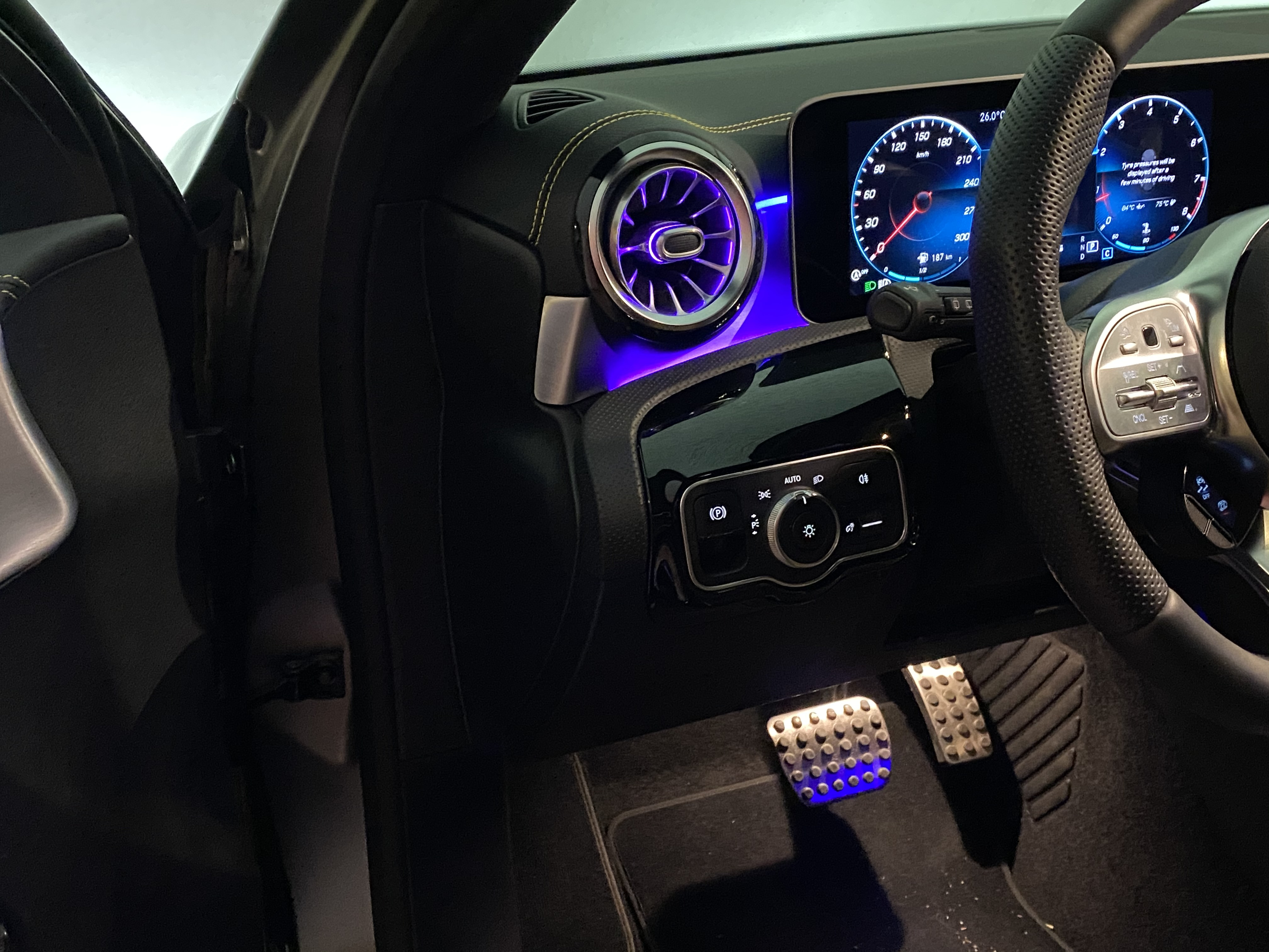 a45s_interior_front06.jpg